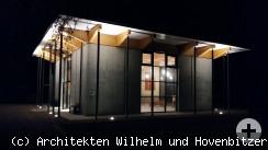 Einsegnungshalle bei Nacht